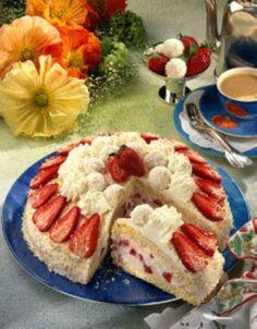 Das Rezept für Sahnige Erdbeer-Raffaello-Torte und weitere kostenlose Rezepte auf LECKER.de