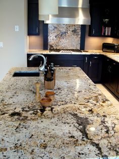 Kitchen Countertops Remodeling White delicatus granite on jet black cabinets. - These 10 colors of granite are popular because they are gorgeous but still inexpensive. Granite Countertops Colors, Outdoor Kitchen Countertops, Kitchen Countertop Materials, Granite Slab, Granite Kitchen, Concrete Countertops, Diy Kitchen, Kitchen Appliances, Granite Backsplash