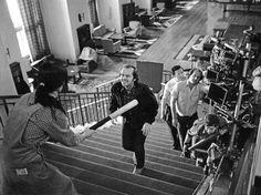 """Jack Nicholson y Shelley Duvall departiendo amablemente, eso sí, con un bate de béisbol de por medio con parte del equipo técnico de """"El resplandor"""", 1980. A Stanley Kubrick no se le ve, pero seguro que estaría incordiando y pensando en repetir la escena una y otra vez, una y otra vez, una y otra vez ..."""