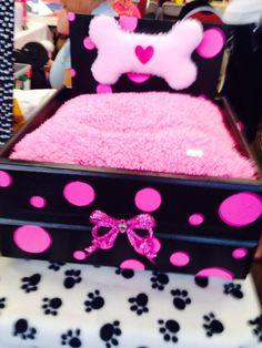 Pink and black dog bed Cute Dog Beds, Puppy Beds, Diy Dog Bed, Pet Beds, Doggie Beds, Malbec, Dog Furniture, Rustic Furniture, Animal Room