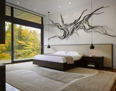chambre adulte blanche avec une déco murale originale et suspensions