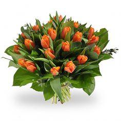 Een prachtig boeket van oranje tulpen geaccompagneerd door diverse soorten groen.