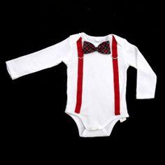 ◈ Body branco de manga comprida, com aplicação de fitas de gorgorão de cor vermelha, fivelas e laço em tartan ◈ [Composição: * body: 100% algodão * laço: 100% algodão * fitas: 100% poliester * fivelas: 100% metal] - [Tamanhos: 68cm - 74cm - 80cm - 86cm - 92cm]
