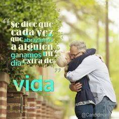 """Se dice que cada vez que abrazamos a alguien ganamos un día extra de vida"". #PauloCoelho #Citas #Frases @Candidman"