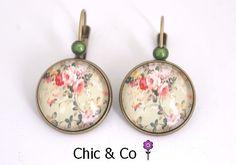 Boucles d'oreilles couleur bronze motif roses vintages sur fond vert clair - bijoux avec cabochon en verre : Boucles d'oreille par chic-and-co