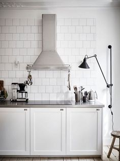Are you looking for some fantastic ideas for your new kitchen backsplash ? Installing a new backsplashk is a great way to update your kitchen without going through a full remodel. White Kitchen Backsplash, Diy Kitchen, Kitchen Interior, Room Interior, Interior Design Living Room, Kitchen Design, Backsplash Ideas, Awesome Kitchen, Interior Modern