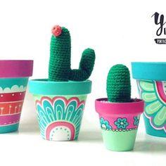 Macetas pintadas a mano/ hand painted flowerpots Painted Plant Pots, Painted Flower Pots, Decorated Flower Pots, Pots D'argile, Clay Pots, Clay Pot Crafts, Diy And Crafts, Diy Planters, Pottery Painting