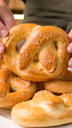 Soft pretzels- Soft Pretzels These fluffy Pretzels will revolutionize the classic way of eating Homemade Bread! Homemade Soft Pretzels, Soft Pretzel Recipes, Pretzel Recipe Without Yeast, Bread And Pastries, Food Cakes, Bread Baking, Dinner Rolls, Foodies, Dessert Recipes