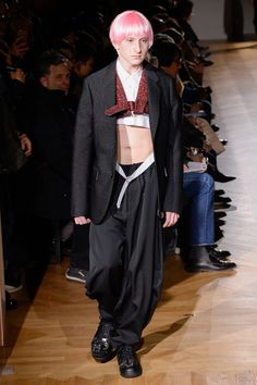 See all the Collection photos from Comme Des Garcons Homme Plus Autumn/Winter 2017 Menswear now on British Vogue Men's Fashion, Fashion Week, Runway Fashion, Fashion Show, Autumn Fashion, Street Fashion, Japanese Outfits, Japanese Fashion, Mens Urban Streetwear