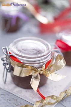 Ecco un'idea regalo originale e golosa: una crema spalmabile alle nocciole e cioccolato (chocolate hazelnut spread) fatta in casa, sicuramente un regalo apprezzato da tutti! #ricetta #GialloZafferano #Natale #Christmas http://speciali.giallozafferano.it/regali-da-mangiare