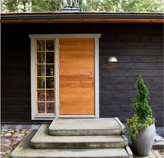 Inspiration från Ekstrands Dörrar & Fönster | Ekstrands Black Exterior, Roof Design, Windows And Doors, Black House, Sliding Doors, Solar Panels, Home Remodeling, Entrance, Architecture