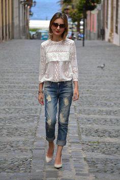 10 Styling Tips to Wear Boyfriend Jeans The best way to style your boyfriend jeans is to give off a feminine vibe to it by teaming it with a girly top and a pair of pumps- Zeyna Tawfik Cute Fashion, Denim Fashion, Look Fashion, Fashion Outfits, Womens Fashion, Fashion Design, Feminine Fashion, Ladies Fashion, Fashion Tips