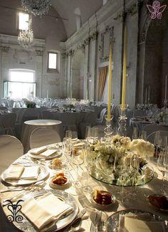 La Navata @CastleOfAngels pronta per accogliere un banchetto Barbariccia Restaurant. Dettagli in argento e candele per un evento luccicante!   #Banchetto #Silver #White #Candle #Light #Flower #Navata