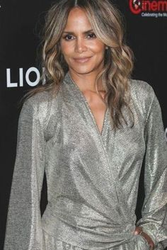 Estilo Halle Berry, Halle Berry Style, Halle Berry Hot, Celebrity Pictures, Celebrity Style, Paparazzi Photos, Grey Outfit, Bikini Pictures, Bad Habits