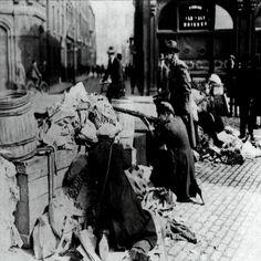 Armed men behind a barricade during street-fighting in Dublin. Irish Civil War c. Irish Free State, Easter Rising, Irish People, Street Fights, War Image, War Photography, Irish Eyes, World History, Old Photos