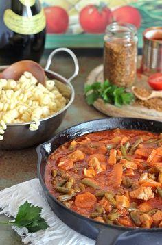 Aki szereti az olasz ízeket annak ez csirkés, paradicsomos ragu biztosan tetszeni fog. Egyszerű kategória, de a fűszerkev...