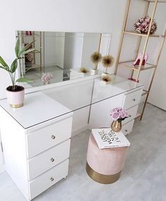 Beautiful simple white and gold beauty room makeup room beauty space Dressing Table Hacks, Built In Dressing Table, Dressing Table Organisation, Dressing Table Glass Top, Dressing Rooms, Dressing Table In Bedroom, Corner Dressing Table, Dressing Table Decor, Dressing Table Storage