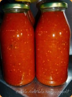 Autoproduzione facile: Salsa di pomodoro Homemade Tomato Sauce, Eat Dessert First, Hot Sauce Bottles, Deli, Vegan Vegetarian, Carne, Vegan Recipes, Food And Drink, Favorite Recipes