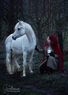 Dunkel ins Licht bringen… Ich weiß nicht wie es dir geht, aber für mich ist der Stall und die Pferde ganz oft ein Zufluchtsort. Ein Ort an dem ich Kraft und Ruhe tanken kann, der mir ein Lächeln ins Licht zaubert. #pferde #pferdeshooting Horse Pictures, That Look, Community, Horses, Group, Board, Photography, Animals, Inspiration