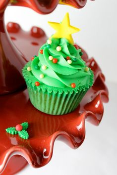 Christmas Tree Cupcake Decoration. Awesome! Addison will love this for Christmas!!!