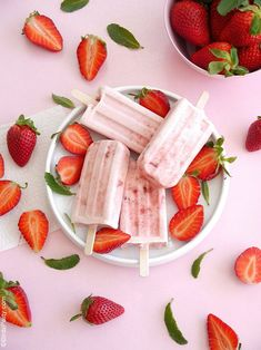 Strawberries and Cream Popsicles Recipe - an easy, delicious dessert using fresh strawberries that's perfect for warmer days or a summer party! Desserts Rafraîchissants, Frozen Desserts, Frozen Treats, Dessert Recipes, Refreshing Desserts, Delicious Desserts, Yummy Food, Blog Patisserie, Sorbets