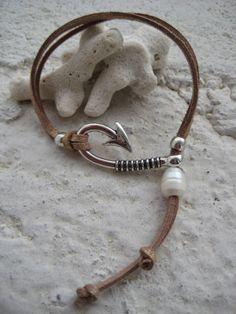 Pulsera en cordón de ante de efecto dorado conpieza de zámak en forma de anzuelo, bolas de zámak y perla cultivada