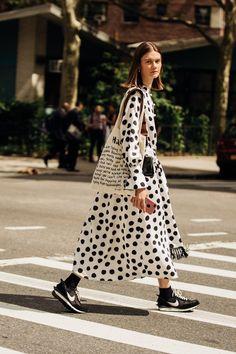 New York Fashion Week i migliori look street style Il fotogra. New York Fashion Week the best street style looks Photographer Jonathan Daniel Pryce captures the Fashion Weeks, Trend Fashion, Look Fashion, Runway Fashion, Fashion Tips, 80s Fashion, Vogue Fashion Week, Korean Fashion, Fashion Quiz