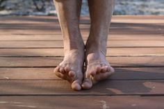 Barefoot running - 4 Exercises to Strengthen Your Ankles and Feet – Barefoot running Foot Stretches, Foot Exercises, Fitness Exercises, Workouts, Strengthen Ankles, Barefoot Running, Going Barefoot, Barefoot Men, Ace Fitness