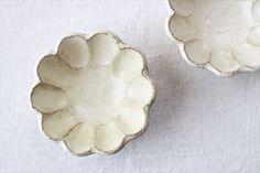 【美濃焼】菊花3寸小鉢です。かわいらしい花の形の小鉢です。まるで粉引のような、やわらかで上品な雰囲気が魅力的です。|和食器通販|うちる|和食器の皿、鉢、飯碗など