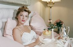Lingerie Julie London - Singer Julie London enjoying breakfast in bed at the Beverly Hills Hotel. A Wonderful Time - Slim Aarons (Photo by Slim Aarons/Getty Images)