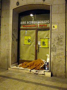 Sin Techo : Madrid 3 grados bajo cero, Invierno.  Cada día hay más personas que viven el la calle. Este país no va bien.    Los que se meten con mi gente, me caen mal. Y este gobierno me cae mal.    Somos personas libres y sin Miedo.    Ayuda a tu vecina/o, aunque viva en el portal, ayuda.... | perroporteno