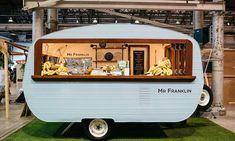 Vintage caravan stylishly converted into a food truck. Food Cart Design, Food Truck Design, Foodtrucks Ideas, Coffee Food Truck, Caravan Bar, Caravan Ideas, Catering Van, Mobile Coffee Shop, Coffee Trailer