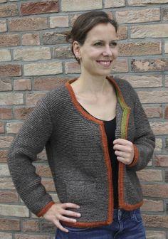 Diesen süßen kraus gestrickten Janker kann man aus Kremke Soul Wool Kaschmerino oder Yakwool stricken. Das Garn dazu findet ihr auf www.schmeichelgarne.de