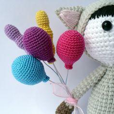 Merhaba arkadaşlar. Bugün yaptığımız amigurumi oyuncakların ellerine örgü oyuncak balon yapıyoruz. Yaptığınız duvar süslerinde, çeşitli süslemelerinizde ku