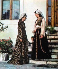 Kostume femërore beratase. Costumes féminins de la région de Berat, Albanie centrale. Women costumes from the Berat area, Albania.