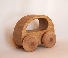 Este coche de juguete fue hecho a mano de madera maciza de castaño reclamada. Tiene un hermoso acabado cepillado, usted puede sentir y ver la