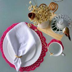 Conjunto Pink  coleção Candy Colors.  Leve para casa esse sousplat com o porta copos. Entre em contato #sousplat #crochet #mesa #casa #morandocomamor #candy #candycolors #croche #mesalinda #mesaposta #jogoamericano #receberemcasa #pastell