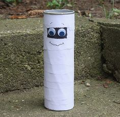Make the adorable Towering Tin Can Mummy from a recycled Pringles can! What a great way to recycle!