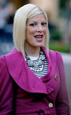 Tori Spellings casual, blonde hairstyle