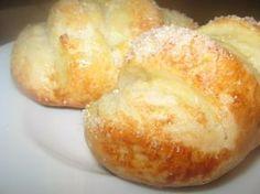 Ванильные булочки. Ингредиенты: 200 мл молока2 ст.л. сахара (без верха)1 ст.л. сухих дрожжей (18 г свежих)1 ч.л. соли20 г сливочного или растительного масла600 мл муки (300 г)ванильный сахар для посыпки1 яйцо для смазк…