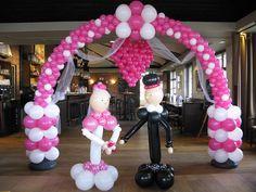 Huwelijks hart met roze ballonnen boog