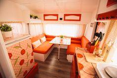 Caravanas Vintage en alquiler en el camping situado en primera línea de mar, en la Costa Dorada. Vintage Caravan Interiors, Glamping, Bunk Beds, Corner Desk, Furniture, Camper, Design, Home Decor, Beach Feet