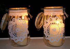 Zwei wunderschöne Omas Gläser mit Omas Häkeldeckchen und Spitzenborte verziert.   Das Glas hat einen Bügelverschluß.    Zauberhaft als Aufbewahrung...