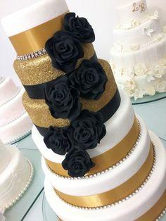 #crysleao #crysleaocakedesigner #casamento #weddingcake #cake #sim #dourado #bolodeandares #strass #flores #preto