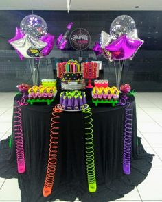 The neon party is super retro but returned to fashion and is conquering the world. See inspirations and tutorials fun this mega party! 80s Birthday Parties, Neon Birthday, Sleepover Party, Neon Party Decorations, Party Themes, Party Ideas, Fete Marie, Glow In Dark Party, Blacklight Party