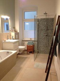 Gemütliches, Großes Badezimmer Mit Begehbarer Dusche In Berliner  Altbauwohnung #Berlin #Altbau #Badezimmer
