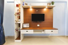 This floating entertainment unit is sleek and minimal. The white goes well with the woodtone, making it perfect for modern or traditional interiors. The open shelves above is a great spot to showcase photos and memorabilia. Beautiful Houses Interior, Beautiful Interiors, Beautiful Homes, Floating Entertainment Unit, Traditional Interior, Free Interior Design, Open Shelves, Living Room Designs, Minimal
