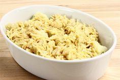 Blomkålen deles i buketter, der koges ca. 5 min. i letsaltet vand. Blomkålen lægges til afdrypning i en sigte og fordeles derefter i bunden af et ildfast fad. Æg, mælk, ost, paprika og salt piske