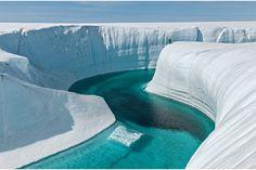 グリーンランド氷床(バースデーキャニオン)今のところ海面上昇への影響は少ないが、夏に表面が解けるようになったのは気がかりな兆候だ。すべて解ければ、海面は8メートル近く上がる。