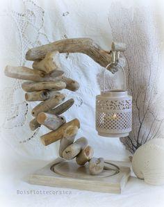 Photophore avec pied en bois flotté et socle en bois patiné.